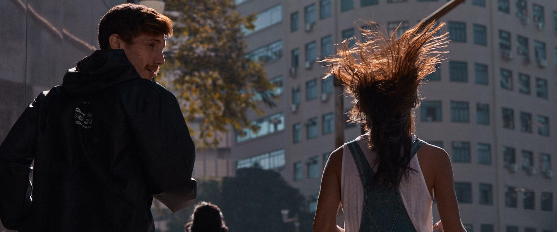 Pagar dividas com 13: um homem e uma mulher de costas correndo lado a lado