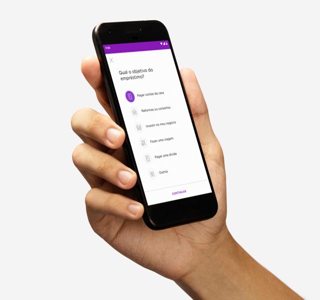 Mão segurando celular com a tela do Empréstimo Nubank aberta no app do Nubank