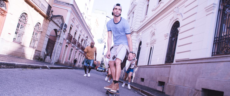 Cuidados na hora de pedir um empréstimo pessoal: um jovem andando de skate com amigos