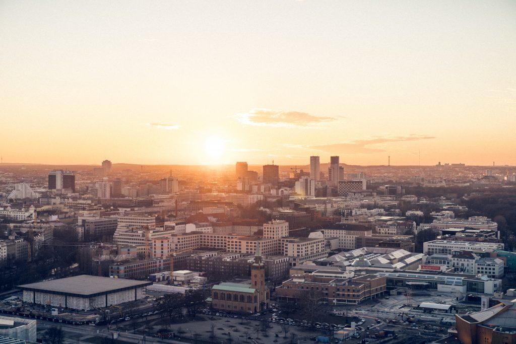 Foto mostra o pôr-do-sol em Berlim