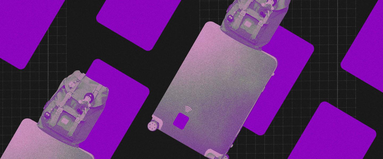 Cartão de crédito viagem exterior: fundo preto com retângulos roxos em posição diagonal. Na frente, duas malas de rodinha em formato de cartão de crédito com uma mochila em cima.
