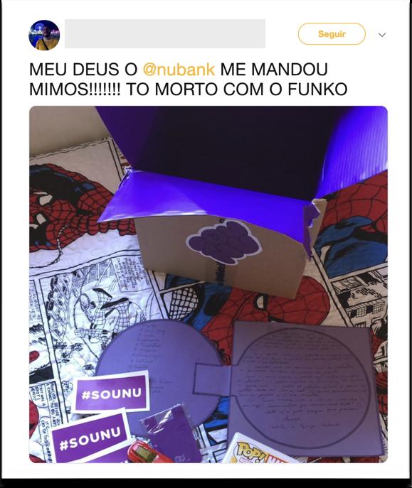 Print do post que o cliente fez no twitter com o presente que enviamos: um boneco de super-herói miniatura, com a caixa de papelão aberta, a cartinha escrita à mão e adesivos do Nubank.