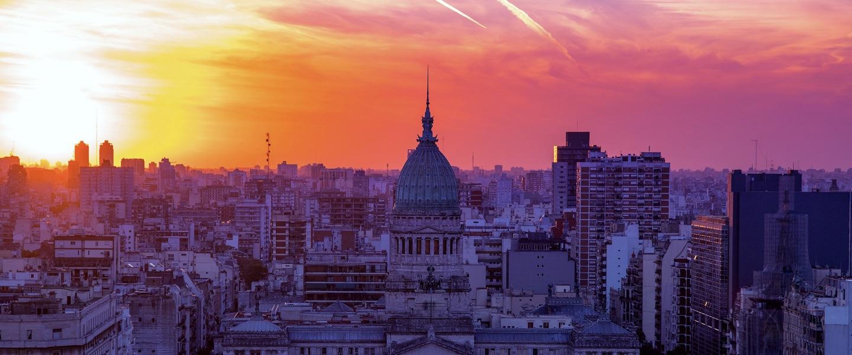 Nubank chega a Argentina: foto de Buenos Aires com o céu arroxeado