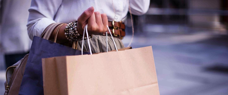 Compras cartão de crédito: jovem segurando sacolas