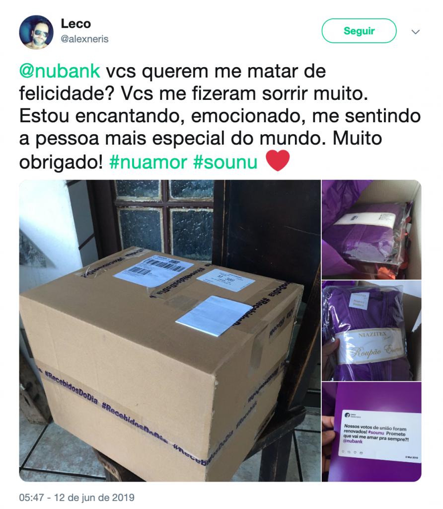 Uma caixa e fotos de um roupão roxo