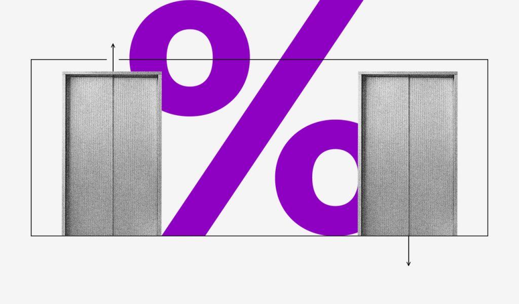 Juros simples e juros compostos: colagem de dois elevadores com um símbolo de porcentagem roxo entre eles.