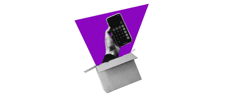 Quanto custa morar sozinho: no fundo branco, colagem de uma caixa de papelão da qual sai uma mão com um celular. Na tela do celular, a calculadora. Ao fundo, uma forma geométrica roxa.