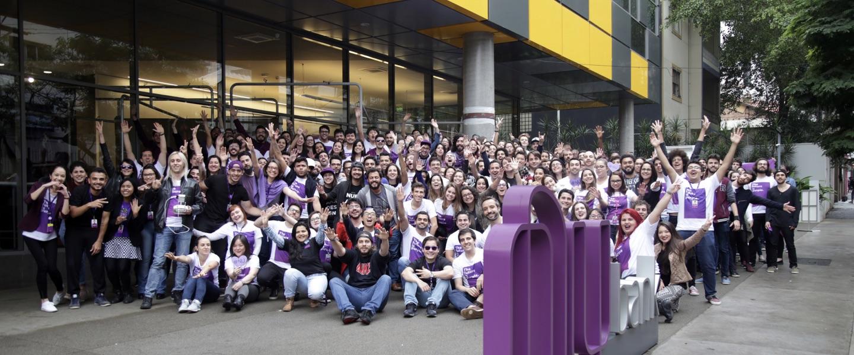 Nubank recebe nova rodada de investimento de US$400 mi: foto mostra grupo de funcionários em frente ao Nubank