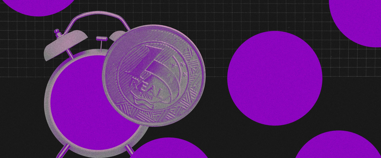 4 cuidados que você precisa ter antes de decidir fazer um parcelamento: no fundo preto, um despertador antigo com uma moeda de um real roxos. Ao fundo, quatro círculos roxos espalhados.