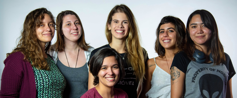 Yes She Codes: foto de um grupo de seis mulheres engenheiras de software. Cinco estão de pé e uma está abaixada na frente.