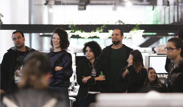Afile no Nubank: foto mostra grupo de 6 pessoas participando de uma conversa em pé e rindo