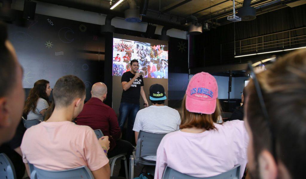 Yuri Dantas, Head of Customer Experience do Nubank, em palestra para os estudantes.