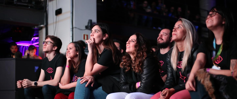 Xpeers sentados prestando atenção na apresentação.