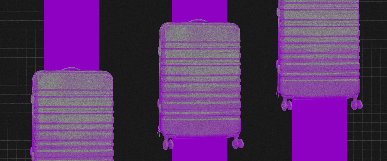 Low cost: vista de c ima de uma mala de viagem em uma esteira roxa