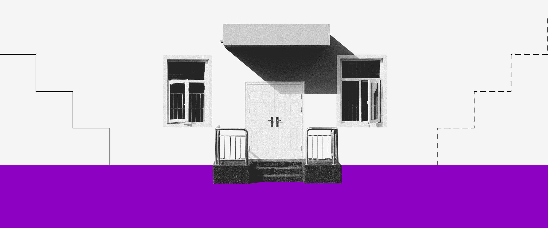 Comprar ou alugar: uma foto preta e branca da frente de uma casa, com uma porta no centro e duas janelas uma de cada lado