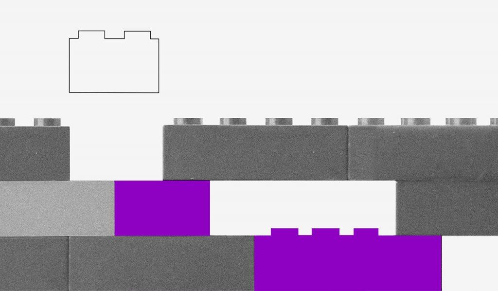blocos de Lego roxos, brancos e cinzas encaixados