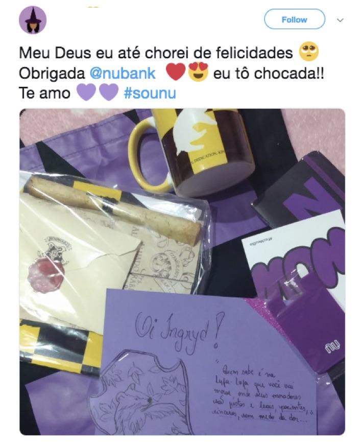Tuíte de cliente agradecendo os presentes enviados pelo Nubank. Na foto, o kit com caneca do Harry Potter e a cartinha do atendente.