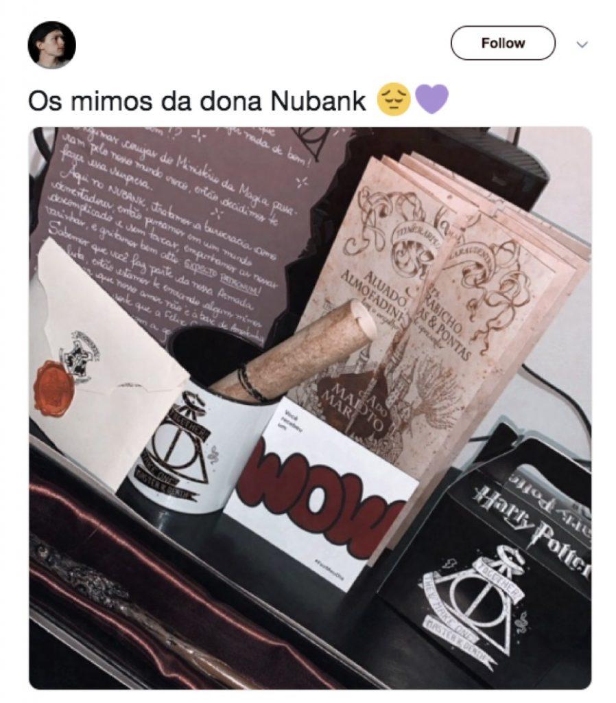 Foto de tuíte de cliente mostrando o kit de presentes Harry Potter recebido