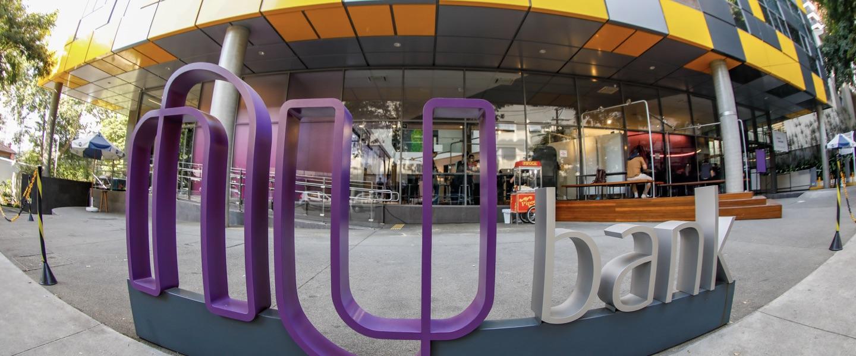 Foto com câmera olho de peixe feita na fachada do Nubank mostra o logo da empresa com efeito aumentado