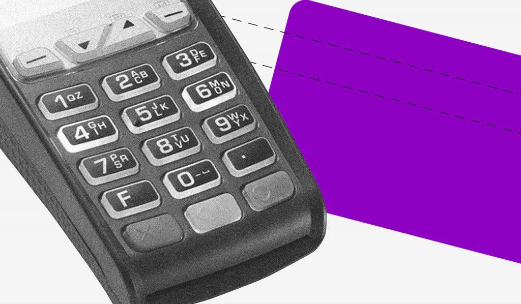 Consumo consciente: no fundo cinza, a imagem preta e branca de uma maquininha de cartão. Ao lado, um retângulo roxo no formato de um cartão.