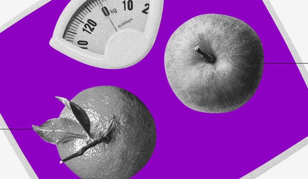 Consumo consciente: uma laranja e uma maçã vistas de cima sobre uma balança roxa