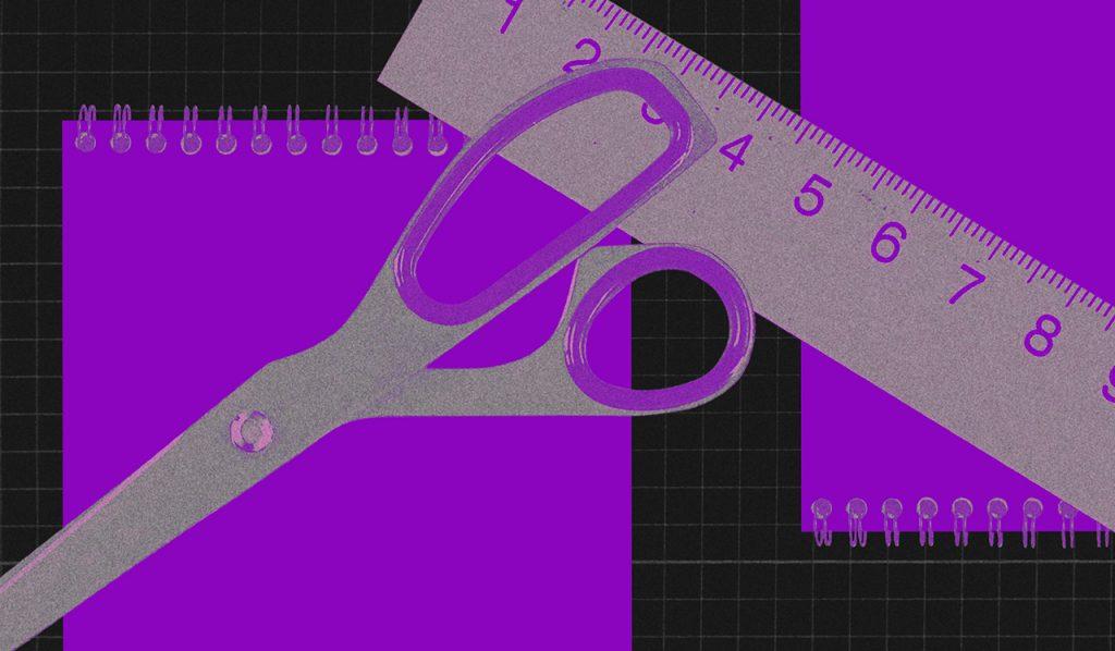 Limpar nome sujo: no fundo preto, montagem de duas cadernetas roxas ao fundo, uma tesoura e uma régua na frente.