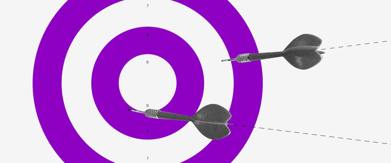 Tipos de orçamento: um alvo roxo e branco com dardos sendo atirados nele.