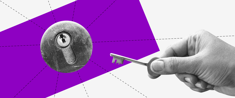 Saque do FGTS: imagem em preto e branco de uma fechadura em frente a um retângulo roxo. Uma mão segurando uma chave se aproxima dela.