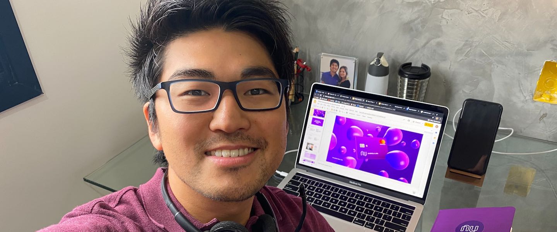 onboarding remoto Nubank: selfie de Tiago Ebisui, Product Marketing Manager no Nu, em seu escritório em casa.