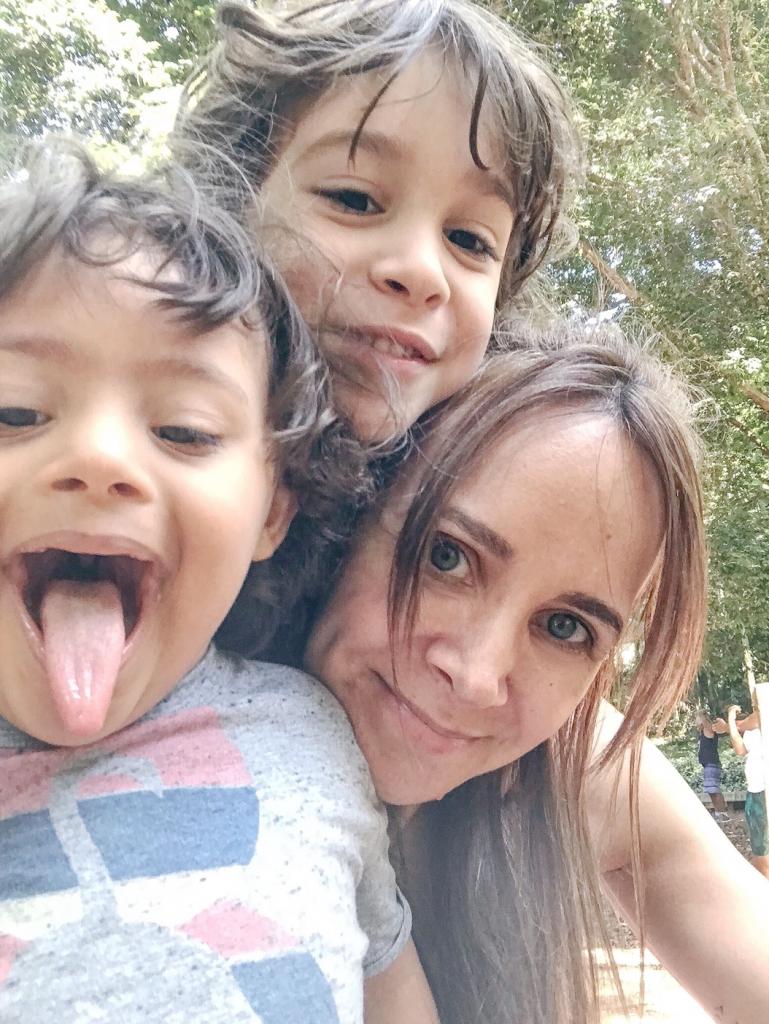 Angelica e seus dois filhos, Henrique está mostrando a língua.