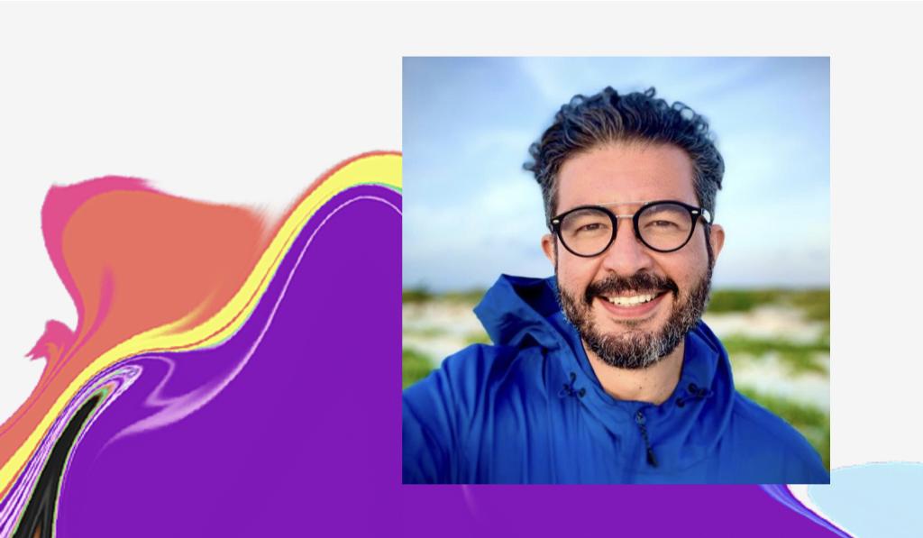 Dia do Orgulho LGBTQIA+: selfie de Rodrigo em uma paisagem
