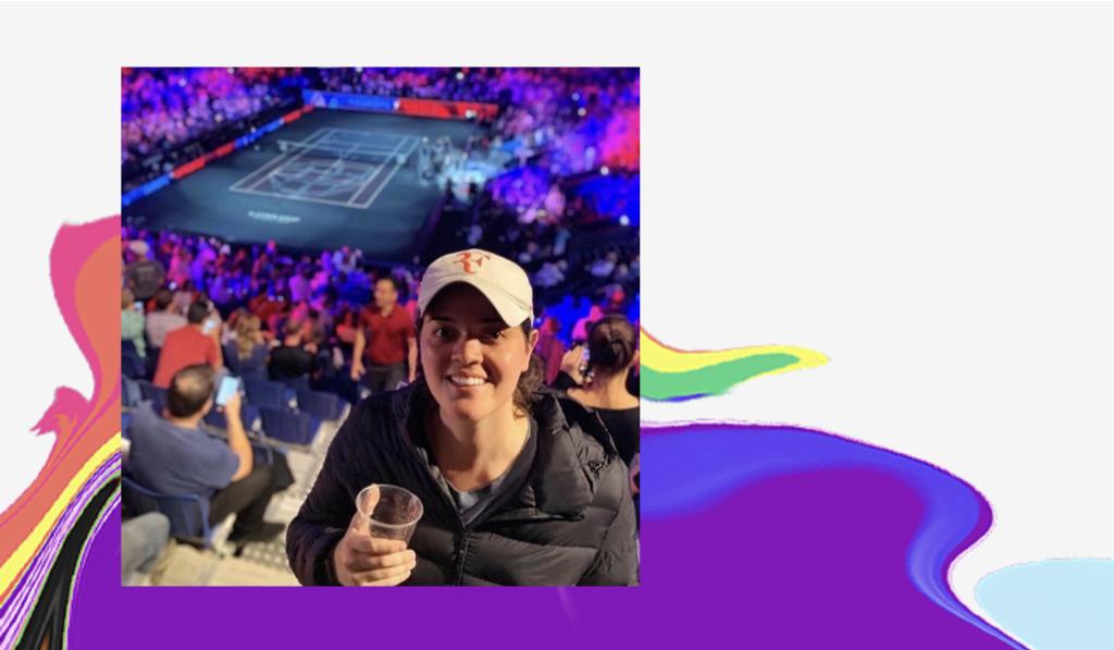 Dia do Orgulho LGBTQIA+: foto de Thaís em um jogo de tênis