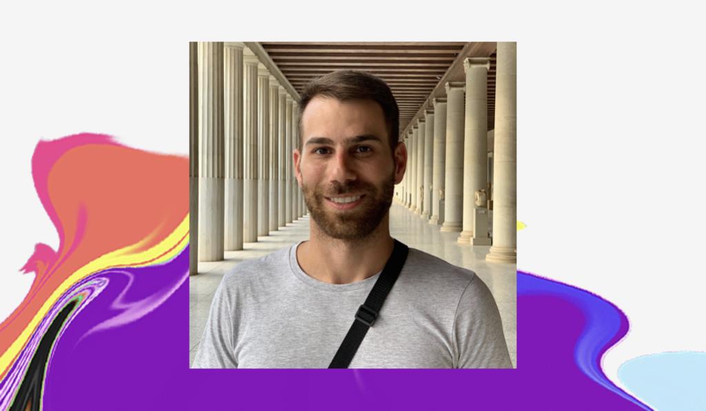 Dia do Orgulho LGBTQIA+: foto de Marcel num corredor com pilares nas laterais