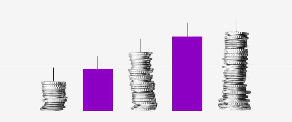 Restituição IR juros: colagem em formato de gráfico traz uma pilha de moedas ao lado de uma coluna roxa.