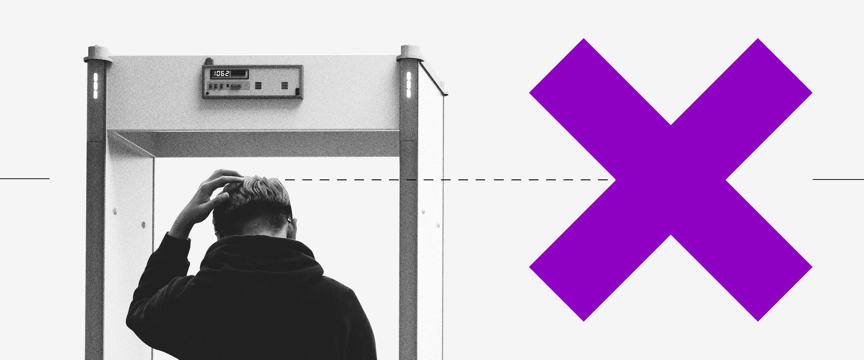 Devolver auxílio emergencial: imagem de um homem de costas passando por um detector de metal com a mão esquerda na cabeça. Ao lado, um grande X roxo em sinal de negativo.