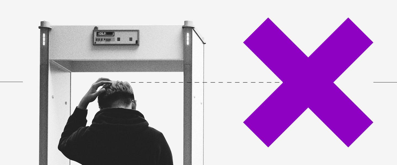 Regularizar CNPJ: imagem de um homem de costas passando por um detector de metal com a mão esquerda na cabeça. Ao lado, um grande X roxo em sinal de negativo.