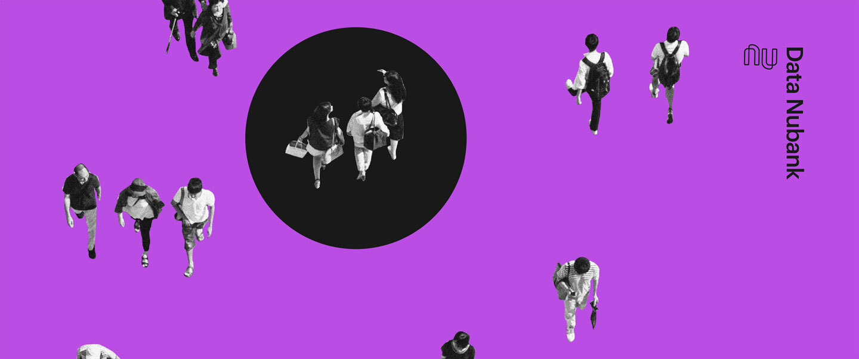 Imagem de pessoas andando em um fundo roxo com um círculo preto