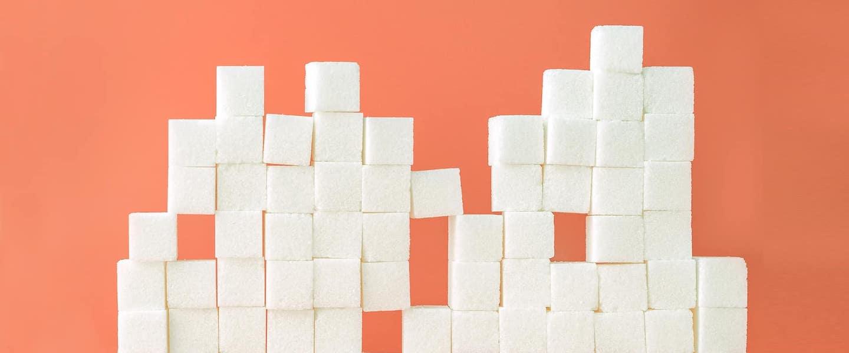Dívida ativa: no fundo laranja, fotografia de diversos cubos de açúcar empilhados