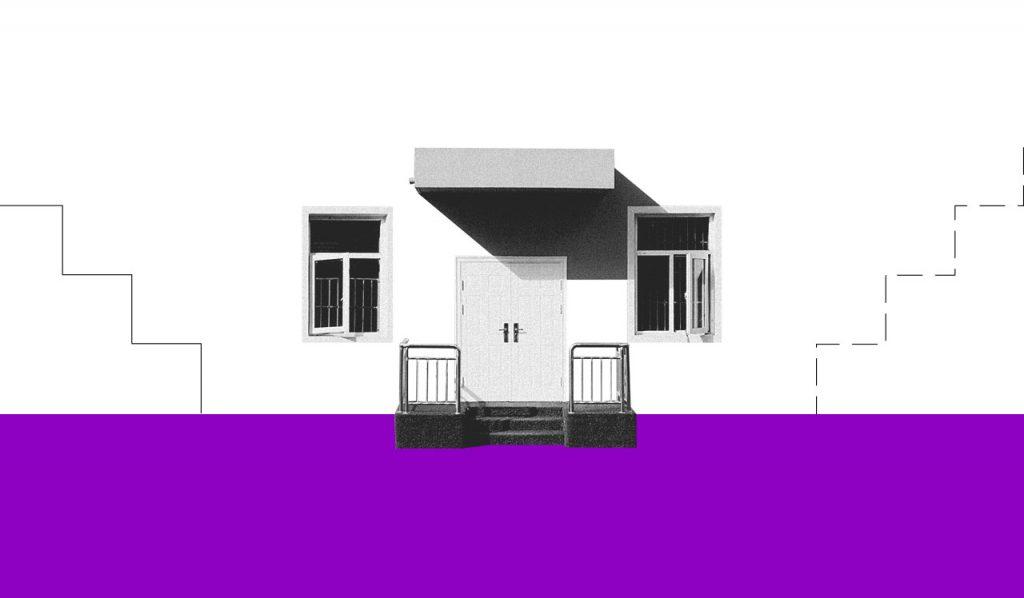 uma foto preta e branca da frente de uma casa, com uma porta no centro e duas janelas uma de cada lado
