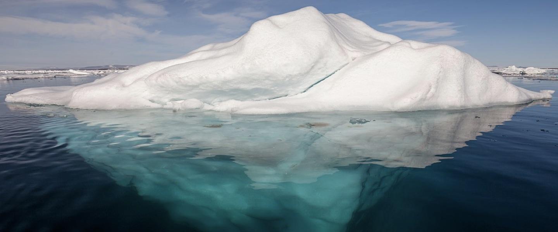 Iceverg flutuando no mar, com grande massa de gelo abaixo da superfície: Credito: By AWeith - Own work, CC BY-SA 4.0, https://commons.wikimedia.org/w/index.php?curid=51789188
