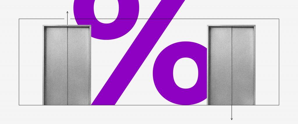 Operar vendido ou comprado: colagem de dois elevadores com um símbolo de porcentagem roxo entre eles.