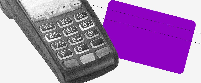 empréstimo no cartão de crédito: no fundo cinza, a imagem preta e branca de uma maquininha de cartão. Ao lado, um retângulo roxo no formato de um cartão.