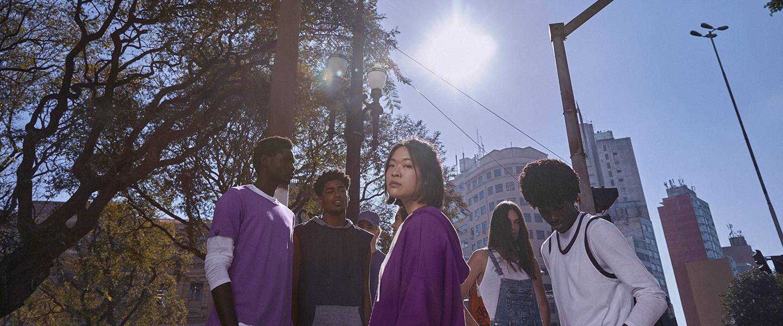 Grupo de jovens em um dia ensolarado, na rua
