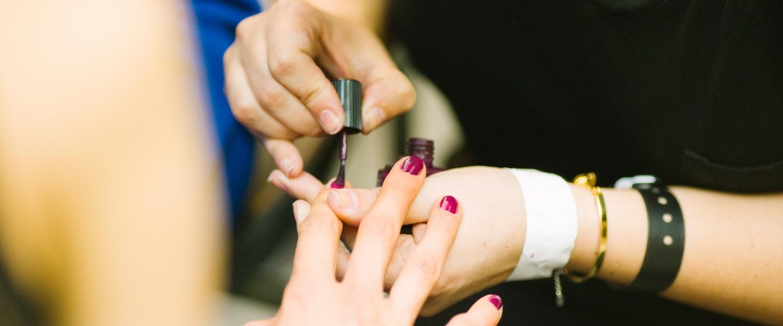 5 dúvidas sobre MEI: fotografia em close de uma manicure pintando a unha de uma cliente de vermelho