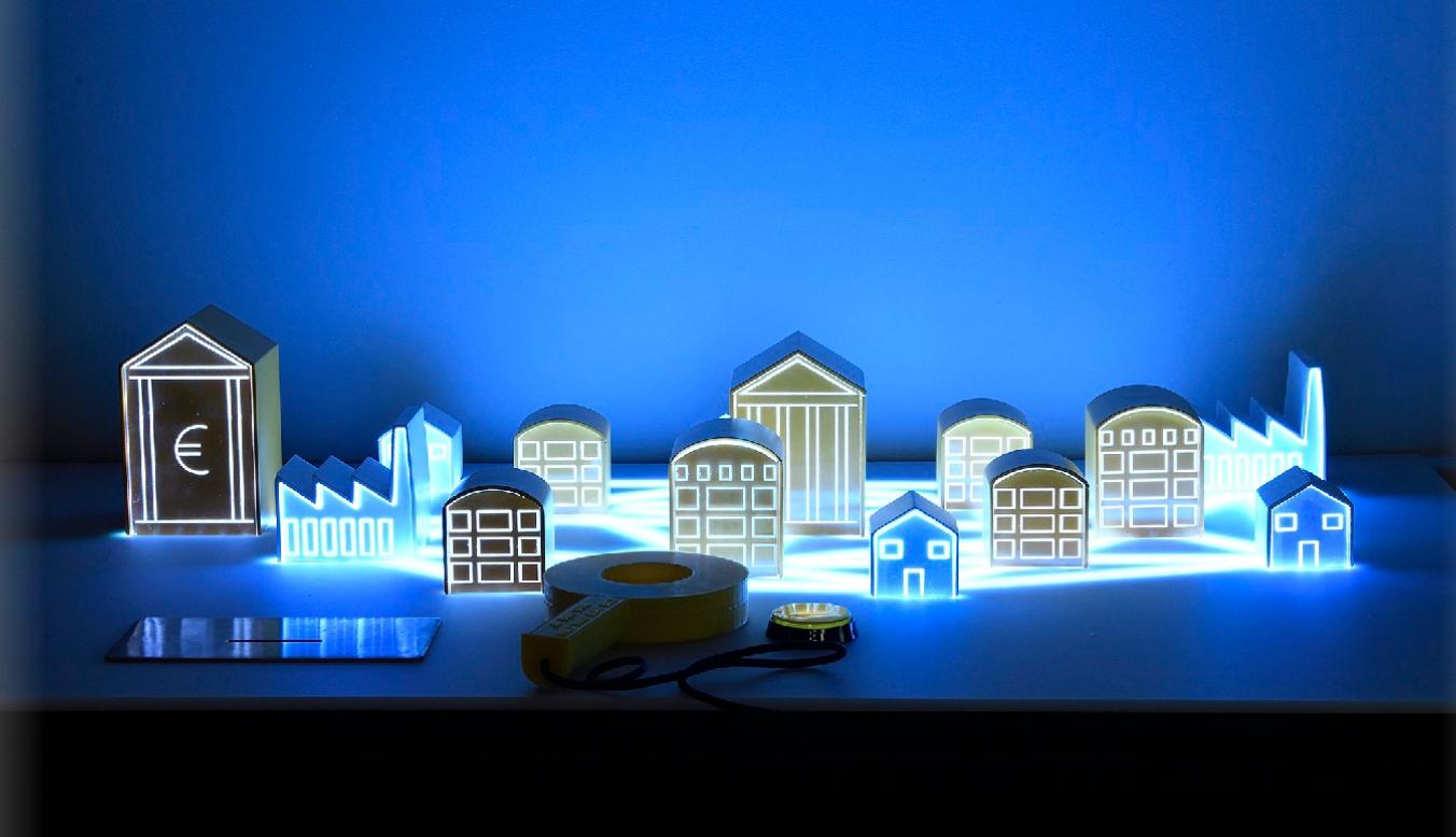 Foto de construções que contam a história do banco da Espanha em uma luz azul