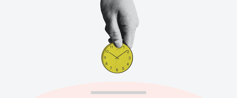 Imagem de uma mão levando uma moeda em direção ao buraco de um cofre, mas a moeda tem os ponteiros de um relógio.