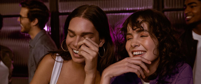 Duas mulheres rindo juntas