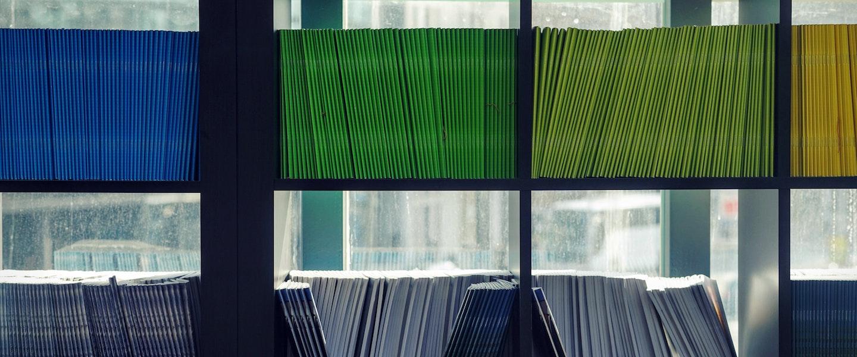 Documentos Imposto de Renda 2021: fotografia de prateleiras cheias de documentos coloridos