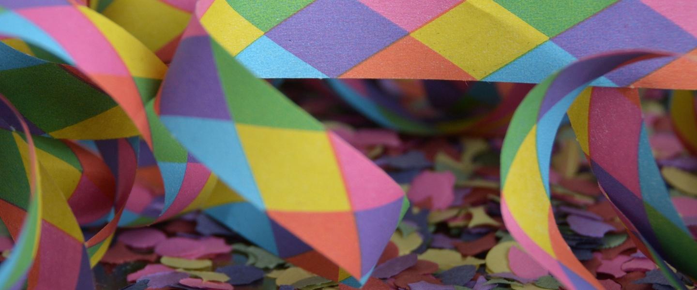 empreendedores de carnaval: imagem com serpentina e confetes nas cores rosa, roxo, amarelo, alaranjado, azul