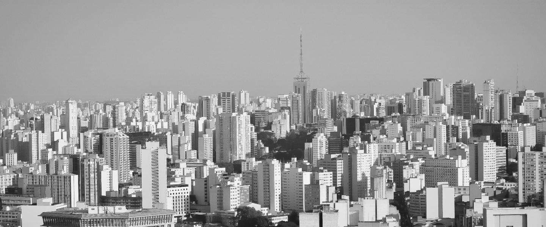 o mundo pós pandemia: cidade de são paulo, vista aérea. Imagem em tons de cinza e branco